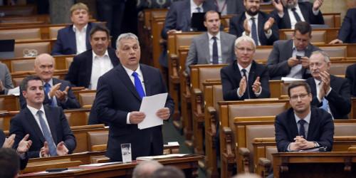 Orbán Viktor miniszterelnök beszámolt az Országgyűlésnek az uniós csúcsra adott mandátum teljesítéséről  Az Országgyűlés elnökének, Kövér Lászlónak címzett részletes levélben számolt be Orbán Viktor miniszterelnök az Európai Tanács júliusi ülésére kapott ötpontos parlamenti mandátum teljesítéséről, eszerint az első két célkitűzést teljesítette; a hetes cikkely szerinti eljárás lezárásának sincs akadálya; fontos lépéseket sikerült tenni a pénzügyi források politikai feltételekhez kötésének kizárása ügyében, azonban a pártok és a civilnek álcázott politikai szervezetek támogatásának megszüntetése ügyében egyelőre nem ért célt Magyarország - tájékoztatta az MTI-t Havasi Bertalan, a miniszterelnök sajtófőnöke hétfőn. https://dle.hu/Ba8I4Kg7XO